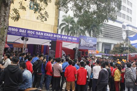 Hàng nghìn học sinh, sinh viên xem các tiết mục của ĐH Sân khấu Điện ảnh Hà Nội.
