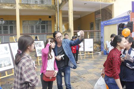 Đạo diễn Trần Lực làm dáng xì tin chụp cùng người hâm mộ.