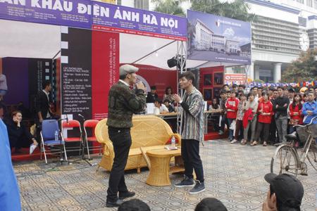 Hoạt động tư vấn tuyển sinh của ĐH Sân khấu và Điện ảnh Hà Nội còn có các tiết mục biểu diễn xen kẽ.