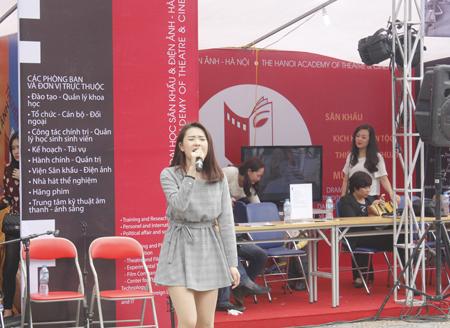 Hotgirl của ĐH Sân khấu và Điện ảnh nóng bỏng biểu diễn bài Đường cong.