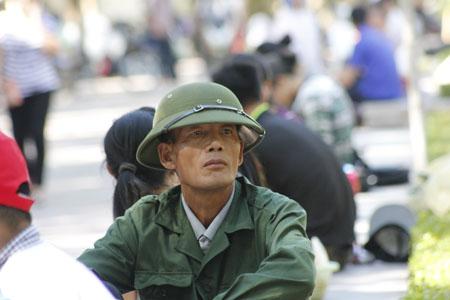 Lặn lội đường xa ra Hà Nội, những người cha mỏi mòn chờ con lúc thi.