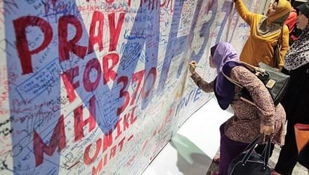 Mọi người viết lời cầu nguyện cho chuyến bay xấu số. Ảnh: Straitstimes