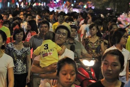 Cho dù đã rất khuya song suốt dọc các tuyến đường chính dải trung tâm thành phố, người dân vẫn thức để chờ xem  bắn pháo hoa