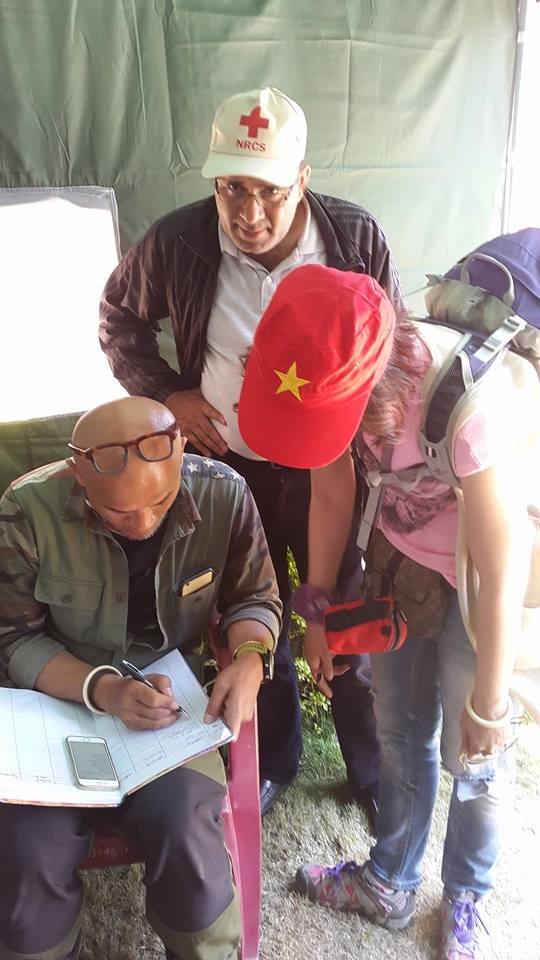 Đoàn đi đã nhanh chóng kêu gọi bạn bè quyên gióp được 4000 USD, họ đã ủng hộ 2000 USD cho Hội Chữ thập đỏ còn 2000 USD họ dành để mua lều cho người dân.