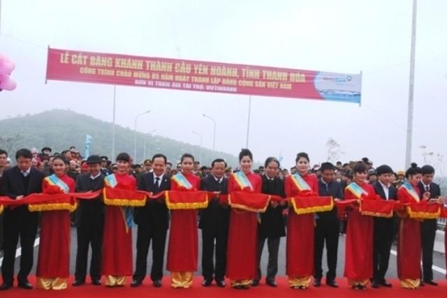 Đồng chí Phạm Quang Nghị, Ủy viên Bộ Chính trị, Bí thư Thành ủy TP Hà Nội cùng các đồng chí lãnh đạo tỉnh và các đại biểu, cắt băng khánh thành dự án cầu Yên Hoành.