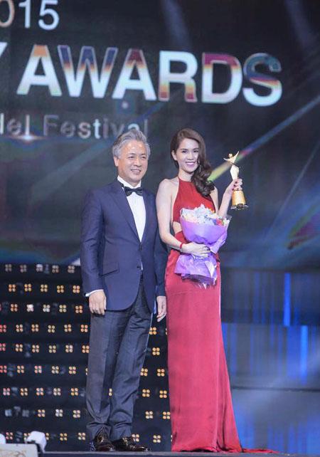Hình ảnh Ngọc Trinh nhận giải từ Chủ tịch Hiệp hội Người mẫu Hàn Quốc.
