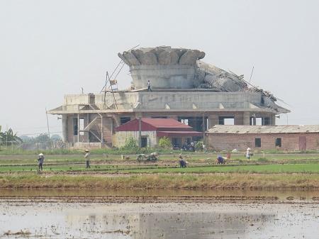 Người dân trong xã chưa hết tiếc than về việc công trình nhà chùa đang hoàn thiện thì gặp sự cố