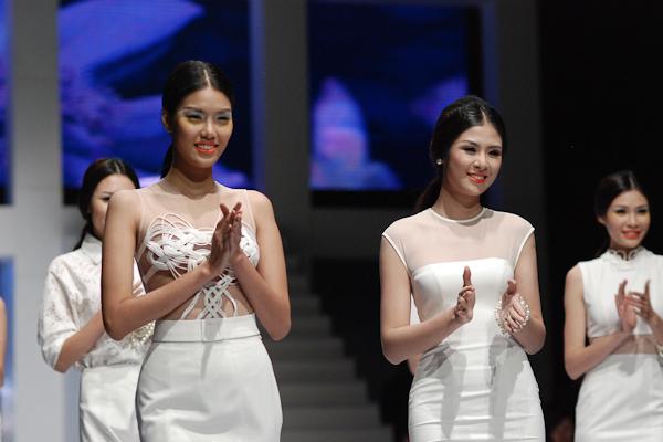 Hoa hậu Ngọc Hân duyên dáng xuất hiện với tư cách người mẫu đồng thời cũng là NTK trong Tuần lễ thời trang Việt Nam Xuân Hè 2014
