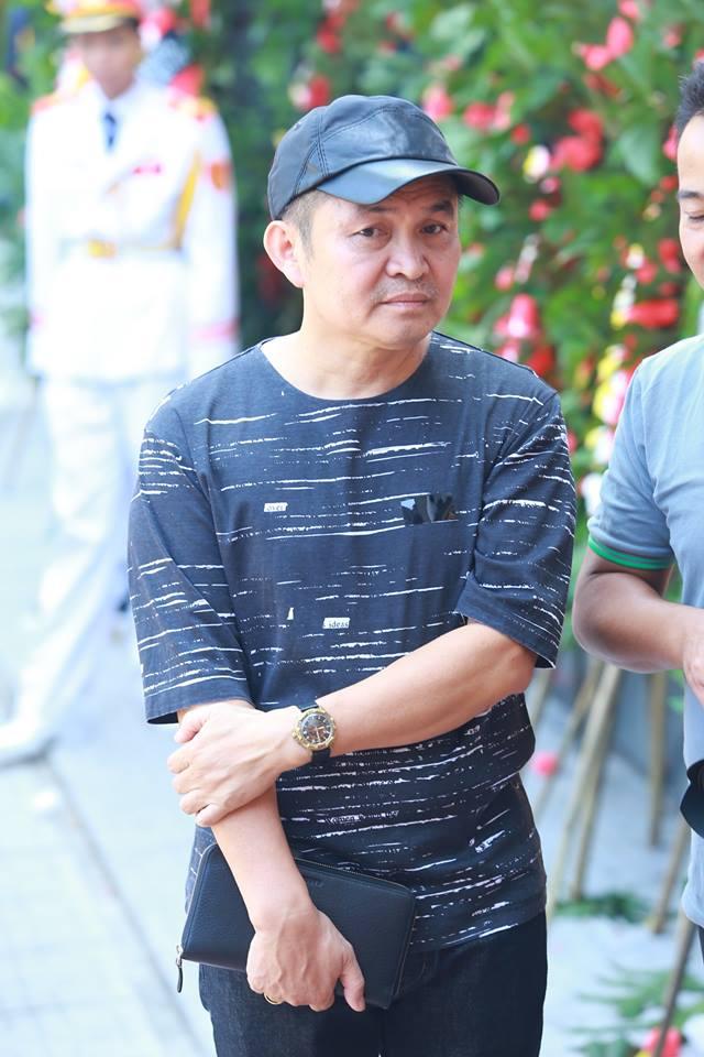 Danh hài Xuân Hinh  mang vòng hoa tới viếng nhạc sĩ An Thuyên.