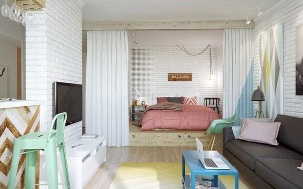 Giường ngủ được đặt đối diện với khu vực tiếp khách, phân chia không gian bằng kệ rèm cửa lớn...