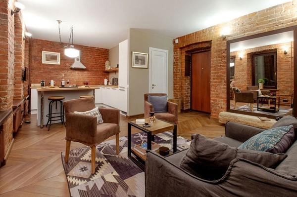 Một căn hộ với tông màu vàng nâu ấm áp với những bức tường gạch thô tạo điểm nhấn cho toàn bộ căn hộ.