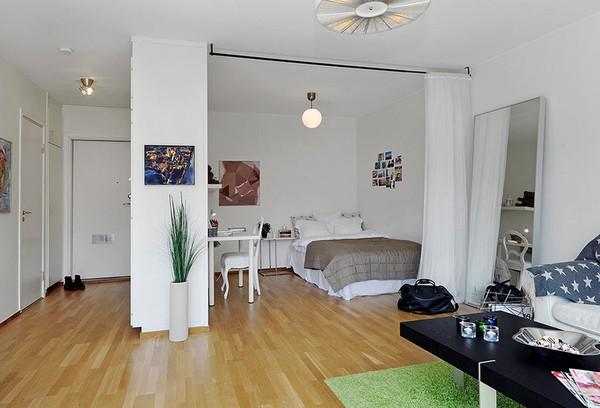 Hai mẫu căn hộ này đều theo thiết kế giường ngủ và khu vực tiếp khách được ngăn cách bằng rèm. Bạn có thẻ chọn cho mình kiểu rèm Nhật như ảnh trên hoặc kiểu rèm mềm mại tùy theo sở thích