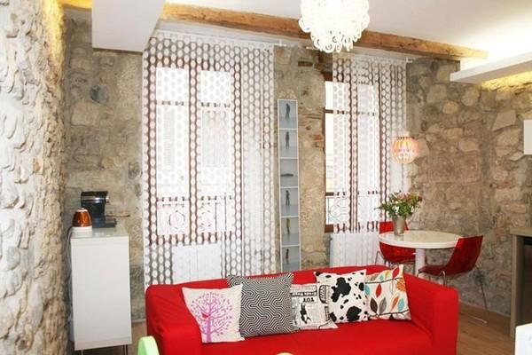 Căn hộ này với điểm nhấn là ghế sofa, ghế ăn màu đỏ và rèm cửa pha lê màu trắng rất bắt mắt.