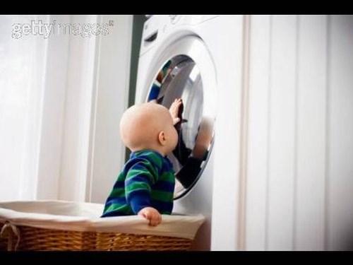 Không nên cho trẻ chơi gần máy giặt (ảnh minh họa)