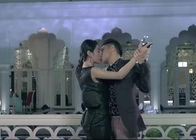 Cảnh hôn của Noo Phước Thịnh với Thuỷ Tiên trong phim ca nhạc.