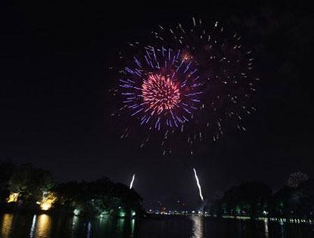Quanh khu vực hồ trong công viên Thống Nhất đều xem pháo hoa rất đẹp.