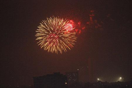 Xem pháo hoa ở hồ Văn Quán có nhiều vị trí, nhất là xem từ các nhà cao tầng.