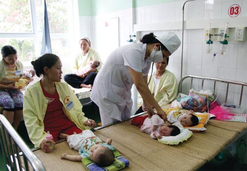 Thăm khám, chăm sóc sức khoẻ cho bệnh nhân nhi tại Bệnh viện đa khoa tỉnh. Ảnh Phú Thọ