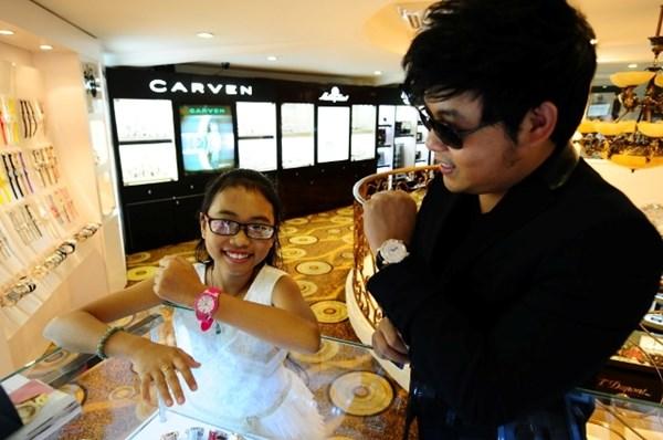 Quang Lê và con gái nuôi2