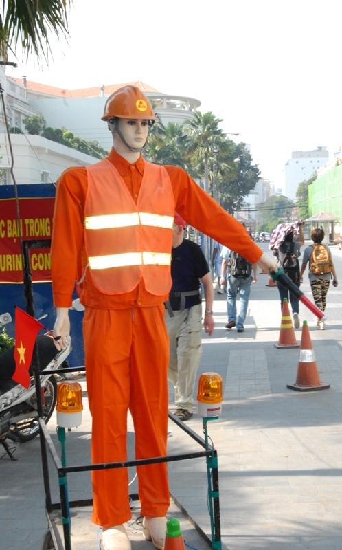 Chú robot đứng điều khiển giao thông 24/24 giờ, không mệt mỏi khi trời nắng nóng, bởi tiếng ồn và bụi bặm