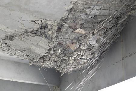 Phần vòm trần cung Chính điện của ngôi chùa bị sụt lún, trơ cả khung thép và vôi thầu