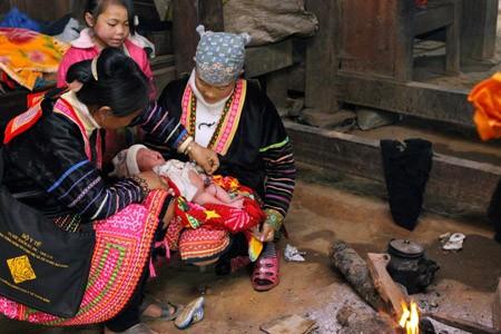 Chăm sóc trẻ sơ sinh của người Mông (Ảnh  internet)
