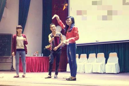 Tiết mục biểu diễn ảo thuật của sinh viên, dù chỉ trên sân khấu sinh viên nhưng cũng phải chuẩn bị rất kỹ trước khi biểu diễn.