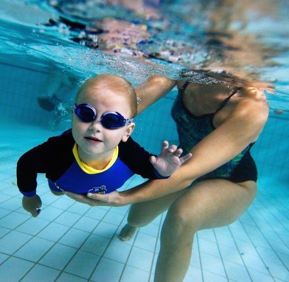 Bơi là kỹ năng sinh tồn cần thiết mà các bậc phụ huynh nên dạy con.