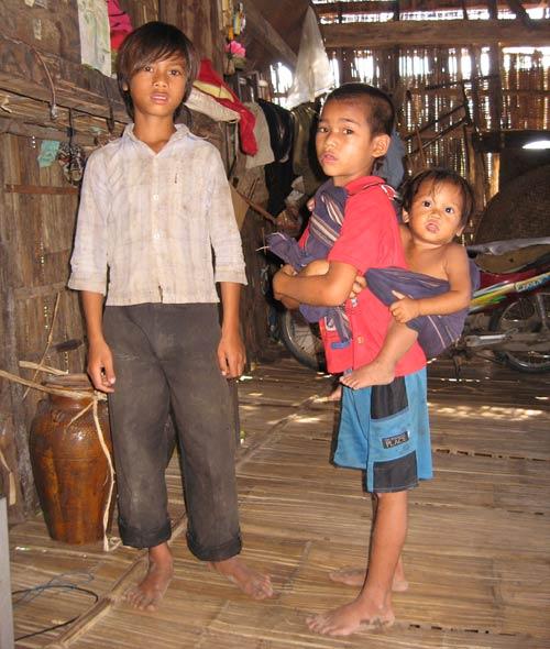 Những đứa trẻ này sớm mồ côi vì tập tục vợ hoặc chồng chết thì người kia phải tự tử theo