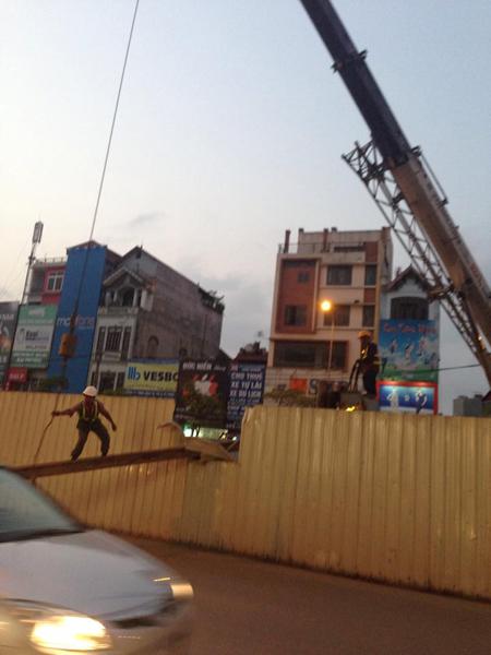 Thanh sắt dài 15 mét, nặng khoảng 5 tấn bỗng rơi thẳng xuống đường. Ảnh: Oto fun