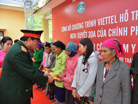 Phó Tổng giám đốc Viettel Hoàng Công Vĩnh tặng quà tết cho đồng bào dân tộc huyện Đakrông