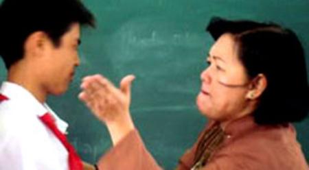Cô giáo trường THCS Nguyễn Văn Bé (TP.HCM) bắt học sinh xếp hàng rồi tát.