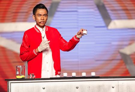 Tấn Phát đã uống nhầm axit khi biểu diễn, sự cố này gây nhiều tranh cãi, hoài nghi.