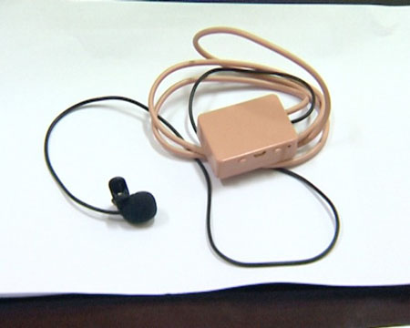 Thiết bị thu phát tín hiệu của thí sinh mang vào phòng thi.