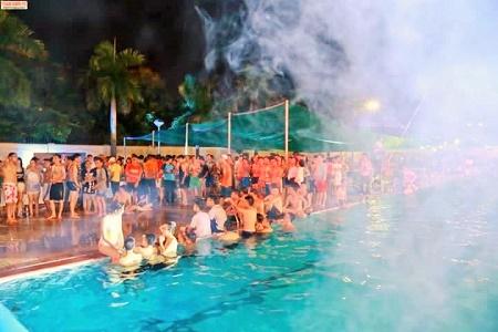 Những người đến dự Pool party chủ yếu đi chân đát, mặc đồ bơi