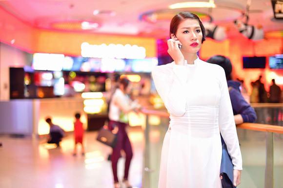 Chính Trang Trần tiết lộ, bản thân cô cũng nhiều lần nhận được cuộc gọi, nhắn tin đi khách giá nghìn đô nhưng cô từ chối
