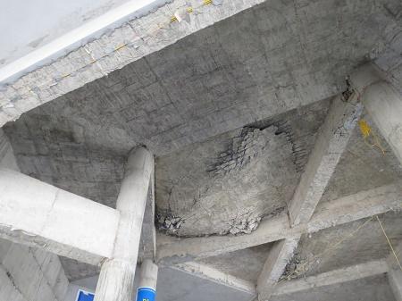 Trong vòm chính điện nhiều khối bê tông bị sụt, vỡ