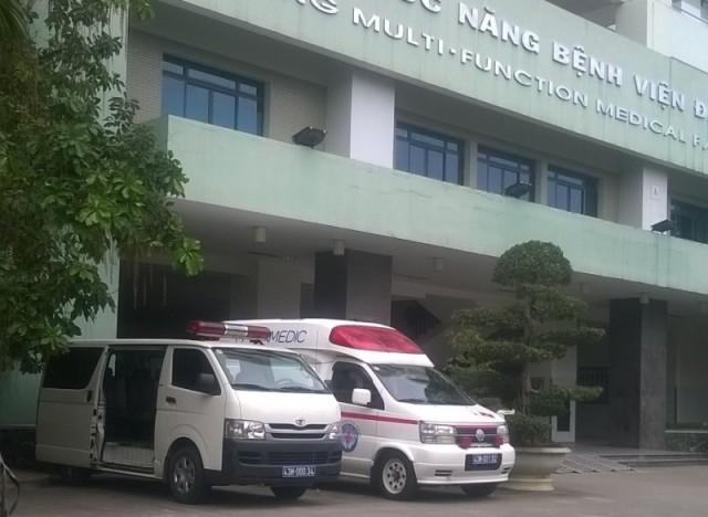 Hai xe cứu thương trước cổng Bệnh viện Đà Nẵng chiều 9/1, đã sẵn sàng để vào sân bay quốc tế Đà Nẵng đón ông Nguyễn Bá Thanh. Ảnh Đức Hoàng