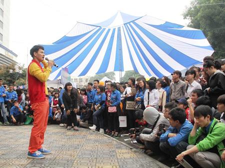 Sự xuất hiện của nghệ sĩ Xuân Bắc thu hút hàng ngàn học sinh, sinh viên tới xem.