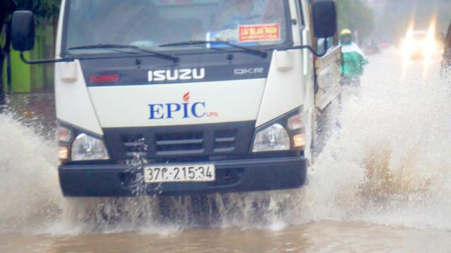 Nhiều tuyến đường bị ngập nặng sau mưa