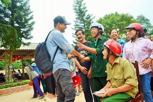 MC Phan Anh trong chuyến từ thiện hỗ trợ đồng bào lũ lụt miền Trung. Ảnh: TL