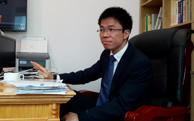 Ông Phan Văn Hưng giới thiệu mình là hiệu trưởng Học Viện Kinh Tế Sáng Tạo kiêm Giáo sư danh dự ĐH Southwest America (Hoa Kỳ).