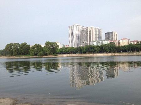 Sáng 23/11 hồ Linh Đàm đã bình yên trở lại, mặt nước sạch sẽ. Ảnh: Q.Anh