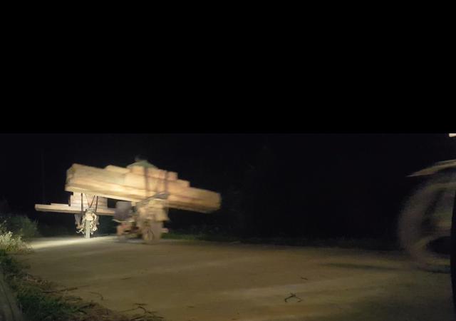 Đến đêm, phu chở gỗ tiếp tục vận chuyển các phách pơ mu về huyện Trạm Tấu bằng xe máy. Ảnh cắt từ clip