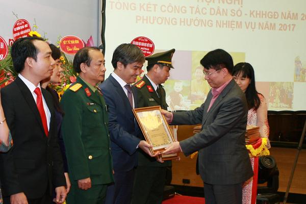 Nhiều tập thể có thành tích xuất sắc trong công tác DS-KHHGĐ vinh dự nhận Bằng khen của Bộ Y tế
