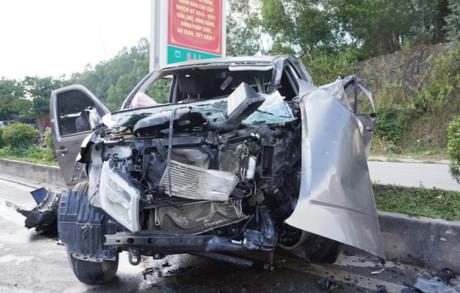 Chiếc xe bán tải nát bét phần đầu khi tông vào xe hổ vồ khiến 8 người thương vong