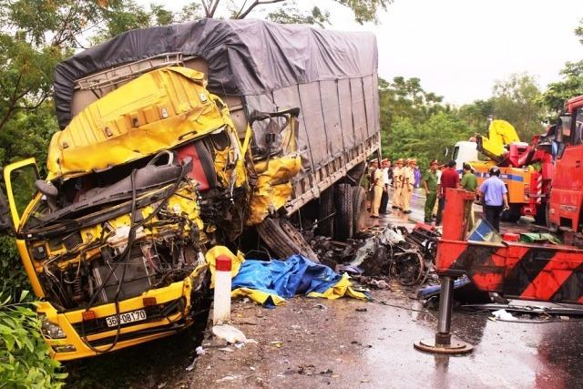 Hiện trường vụ tai nạn liên hoàn khiến QL1A tắc nghẽn trong nhiều giờ. Ảnh: LC.