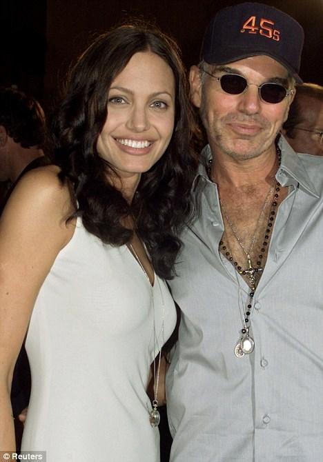 Mặt dây chuyền chứa máu tươi của Angelina Jolie và chồng cũ Billy Bob Thornton được cặp đôi đeo trên cổ.