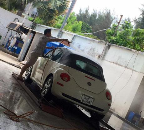 Người đẹp khoe khéo hình ảnh chồng mình rửa con xe Volkswagen quý có giá không hề rẻ.