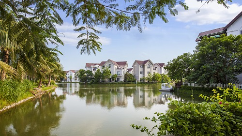 Chất lượng không khí tại Vinhomes Riverside là tổng hòa của rất nhiều yếu tố: vị trí tách biệt, hệ thống cây xanh – mặt nước trải rộng, kiểm soát phương tiện giao thông, v.v.